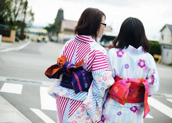 Sightseeind around Lake Kawaguchi in a kimono. The Herb Festival's Oishi Park is just across the street!
