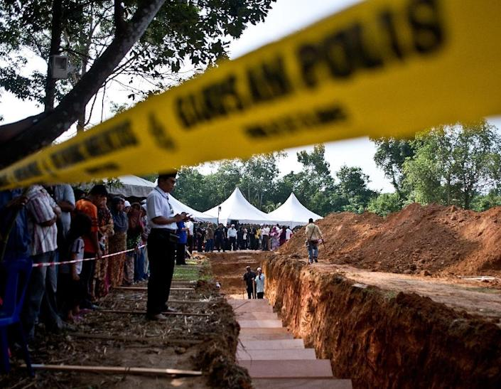 Remains believed to be those of ethnic Rohingya found at human-trafficking camps in Malaysia are reburied at Kampung Tualang on June 22, 2015 (AFP Photo/Manan Vatsyayana)