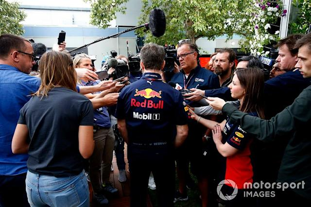 "Christian Horner, director del equipo, Red Bull Racing habla con la prensa <span class=""copyright"">Andy Hone / Motorsport Images</span>"