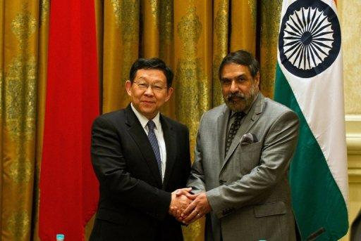 Indian Commerce Minister Anand Sharma (R) shakes hands with Chinese Commerce Minister Deming Chen