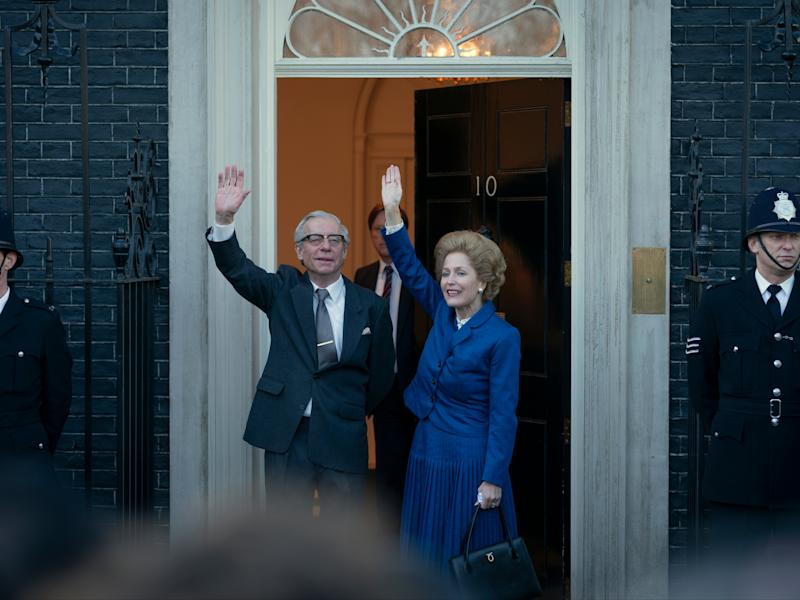 Gillian Anderson and Stephen Boxer as Margaret and Dennis Thatcher, outside 10 Downing StDes Willie/Netflix