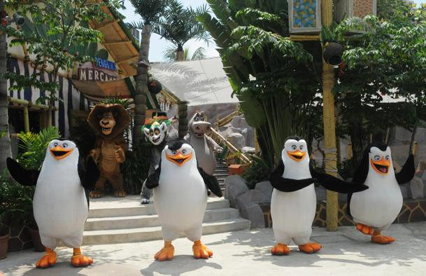 Park patrons were treated to a lunchtime live show featuring characters from the Madagascar film. (Yahoo! photo / Ang Kai Fong)