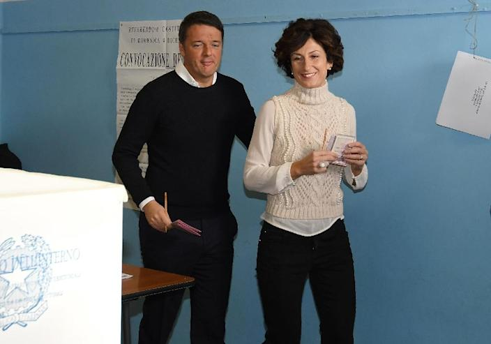 Italy's Prime Minister Matteo Renzi (L) and his wife Agnese Landini vote for a referendum on constitutional reforms, on December 4, 2016 at a polling station in Florence (AFP Photo/CLAUDIO GIOVANNINI)