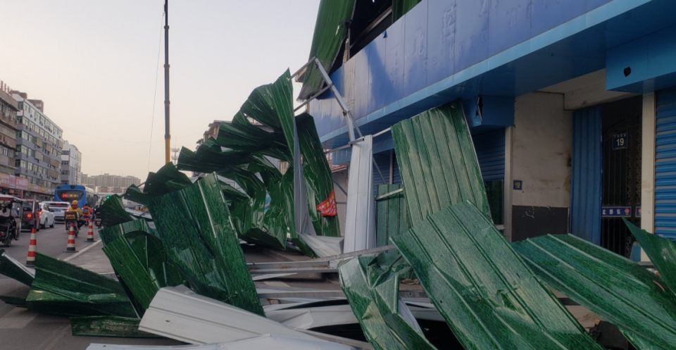 Winds of up to 160km/h destroyed structures in Nantong City. Source: Weibo