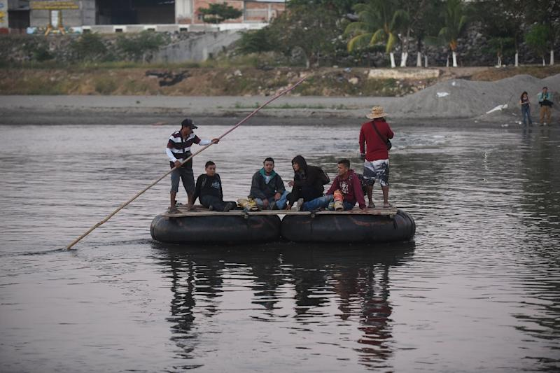 Honduran migrants heading to the United States in a caravan cross the Suchiate River, the natural border between Guatemala and Mexico, in makeshift rafts without waiting for humanitarian visas offered by Mexico (AFP Photo/Johan ORDONEZ)