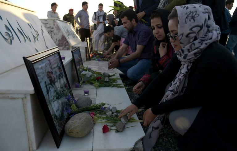 Varias personas recuerdan a las víctimas del ataque talibán a una base militar del norte de Afganistán de dos días antes, el 23 de abril de 2017 en Kabul Afghan families buried their dead and the country observed a national day of mourning April 23 after at least 100 soldiers were killed or wounded in a Taliban attack on a military base, prompting angry calls for ministers and army chiefs to resign