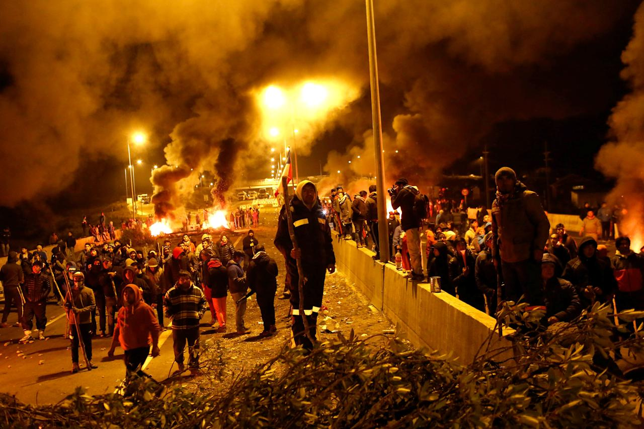 Fishermen protesters gather as they block a road with barricades at Pargua near Puerto Montt in Chile, May 4, 2016. REUTERS/Pablo Sanhueza EDITORIAL USE ONLY. NO RESALES. NO ARCHIVE