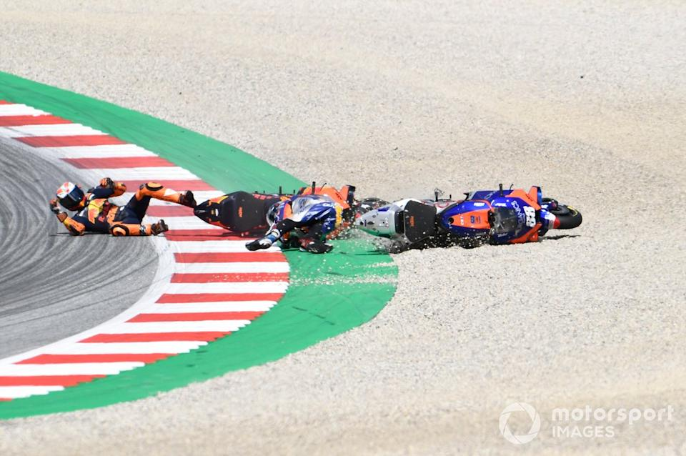 "Accidente de Miguel Oliveira, Red Bull KTM Tech 3, Pol Espargaró, Red Bull KTM Factory Racing<span class=""copyright"">Gold and Goose / Motorsport Images</span>"