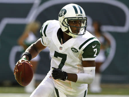 FILE PHOTO: New York Jets quarterback Geno Smith scrambles as he looks to throw a pass against the Tampa Bay Buccaneers in the fourth quarter during their season opening NFL football game in East Rutherford, New Jersey, September 8, 2013. REUTERS/Gary Hershorn