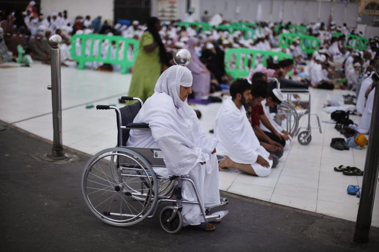 Muslim pilgrims pray at the Grand mosque in the holy city of Mecca ahead of the annual haj pilgrimage October 12, 2013. REUTERS/Ibraheem Abu Mustafa (SAUDI ARABIA - Tags: RELIGION)