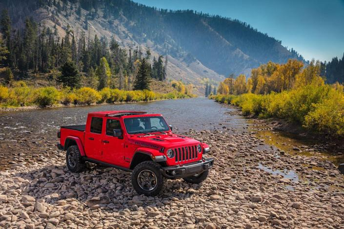 <p>It's available only with four full-size doors and a five-foot bed. Every Gladiator has selectable four-wheel drive and uses a two-speed transfer case.</p>