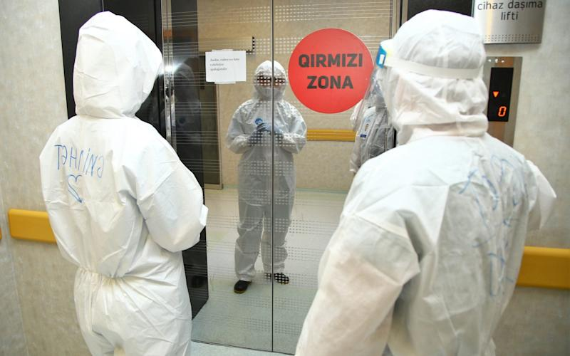 Health officials are seen before applying a procedure to a coronavirus (Covid-19) patient  - Anadolu