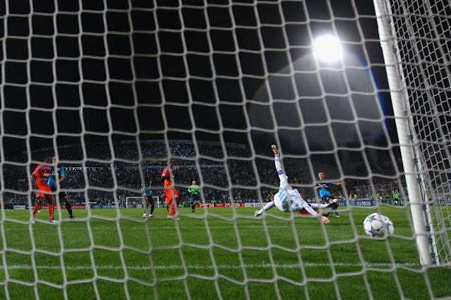 MARSEILLE, FRANCE - OCTOBER 19: Aaron Ramsey (R) of Arsenal scores the winning goal in injury time past the dive of goalkeeper Steve Mandanda during the UEFA Champions League Group F match between Olympique de Marseille and Arsenal FC at Stade Velodrome on October 19, 2011 in Marseille, France. (Photo by Michael Steele/Getty Images)