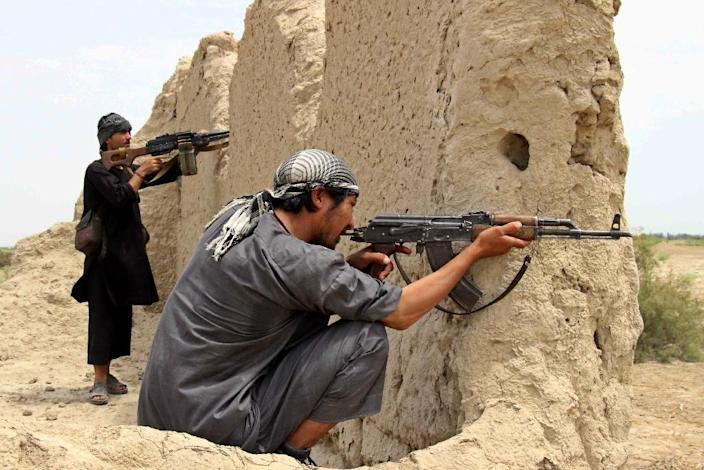 Afghan militia forces take position in a conflict with Taliban militants in Kunduz province on August 1, 2015 (AFP Photo/Nasir Waqif)