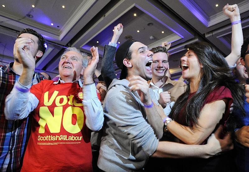 Pro-union supporters celebrate as Scottish independence referendum results are announced at a 'Better Together' event in Glasgow, Scotland, on September 19, 2014 (AFP Photo/Andy Buchanan)