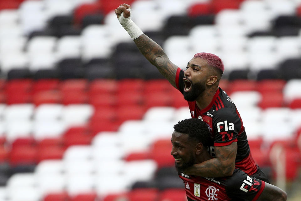 RIO DE JANEIRO, BRAZIL - FEBRUARY 21: Gabriel Barbosa (R) of Flamengo celebrates with Gerson after scoring a goal during a match between Flamengo and Internacional as part of 2020 Brasileirao Series A at Maracana Stadium on February 21, 2021 in Rio de Janeiro, Brazil. (Photo by Buda Mendes/Getty Images)