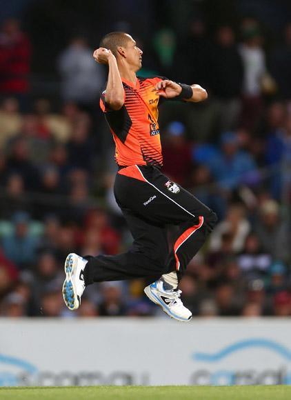 Alfonso Thomas of the Scorchers bowls during the Big Bash League match between the Hobart Hurricanes and the Perth Scorchers at Blundstone Arena on January 1, 2013 in Hobart, Australia.  (Photo by Robert Cianflone/Getty Images)