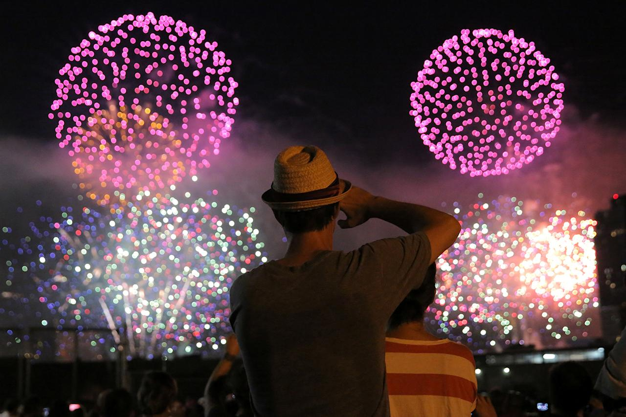 <p><span>People watch the Macy's 4th of July Firework Show from Brooklyn in New York City, U.S., July 4, 2017. (Andrew Kelly/Reuters)</span><br /></p>