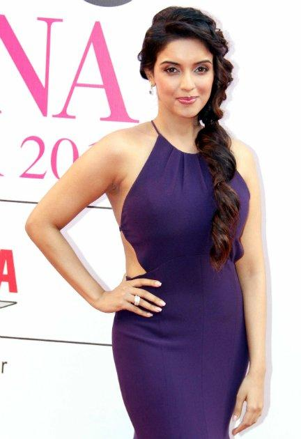 We were quite pleasantly surprised to see Asin in this purple Gauri and Nainika gown. Quite a refreshing change from seeing her in anarkalis!
