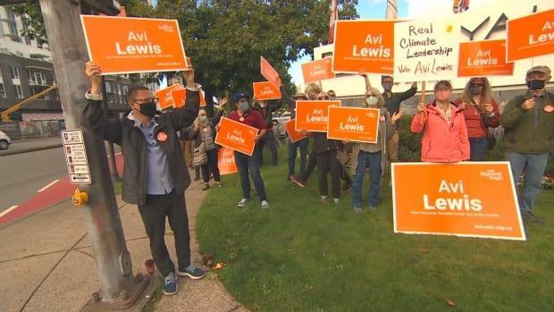 NDP West Vancouver-Sunshine Coast-Sea to Sky Country candidate Avi Lewis tries to get out the vote during one of the final days of the federal election campaign. (Andrew Lee/CBC - image credit)
