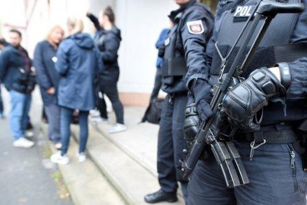 Police guard an entrance of the court before the start of a trial of five suspected Islamist militants, led by 33-year-old Iraqi known as Abu Walaa, accused of recruiting fighters for Islamic State in Syria, in Celle, Germany September 26, 2017. REUTERS/Fabian Bimmer