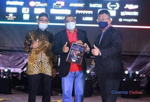 Marcel Lariche, MD of Cinema Online, receives a token of appreciation from CineDrive, presented by Datuk Zahidi Zainul Abidin.