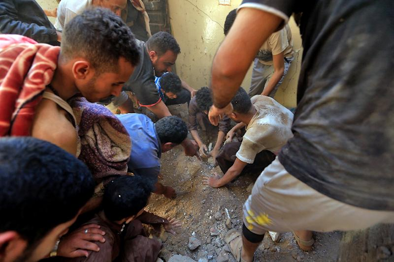 Yemenis use their bare hands in a desperate search for surivors in the rubble of a building flattened by a Saudi-led air strike on the rebel-held capital Sanaa (AFP Photo/Mohammed HUWAIS)