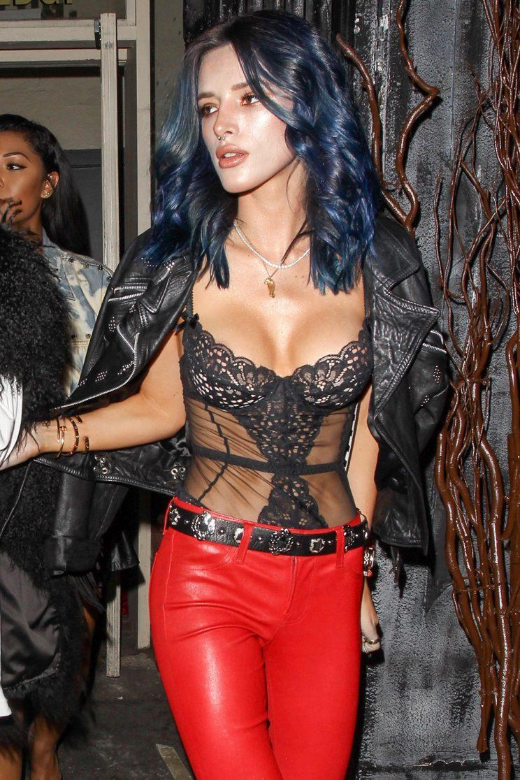 Bella Thorne ditches her red strands for a new blue 'do, and it's super cute! (Photo:AKM-GSI)