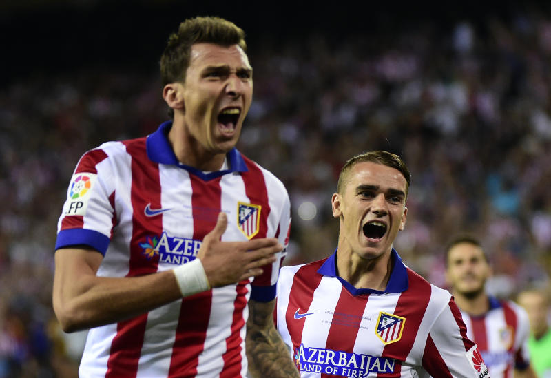 Atletico Madrid's Mario Mandzukic (L) celebrates after scoring a goal next to teammate Antoine Griezmann during their Spanish Super Cup second-leg match against Real Madrid, in Madrid, on August 22, 2014 (AFP Photo/Gerard Julien)