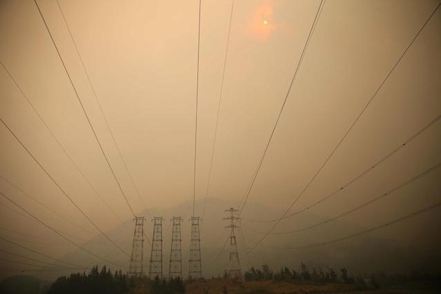 <p>A smoky view of the Eagle Creek fire from North Bonneville Dam and Beacon Rock in the Columbia River Gorge in Oregon on Sept. 5, 2017. (Photo: Mark Graves/The Oregonian via AP) </p>