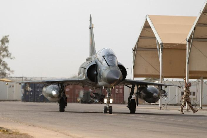 A French army Mirage 2000 fighter jet prepares to take off on October 12, 2015 from an air base in Jordan (AFP Photo/Kenzo Tribouillard)