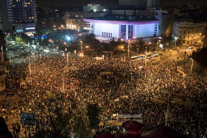 Romanians gather for the second day of protests in Bucharest, on November 4, 2015, after Prime Minister Victor Ponta announced his resignation (AFP Photo/Andrei Pungovschi)