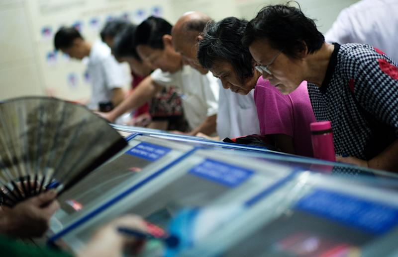 Investors look at stock prices at a securities exchange in Shanghai on August 22, 2014 (AFP Photo/Johannes Eisele)