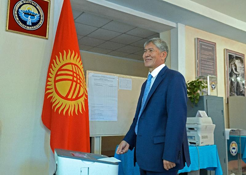 Kyrgyz President Almazbek Atambayev casts a ballot at a polling station during Kyrgyz parliamentary elections in Bishkek, on October 4, 2015 (AFP Photo/Sultan Dosaliyev)