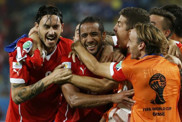 Chile's Jean Beausejour (2nd L) celebrates with his teammates after scoring against Australia during their 2014 World Cup Group B soccer match at the Pantanal arena in Cuiaba June 13, 2014. REUTERS/Eric Gaillard (BRAZIL - Tags: SOCCER SPORT WORLD CUP)