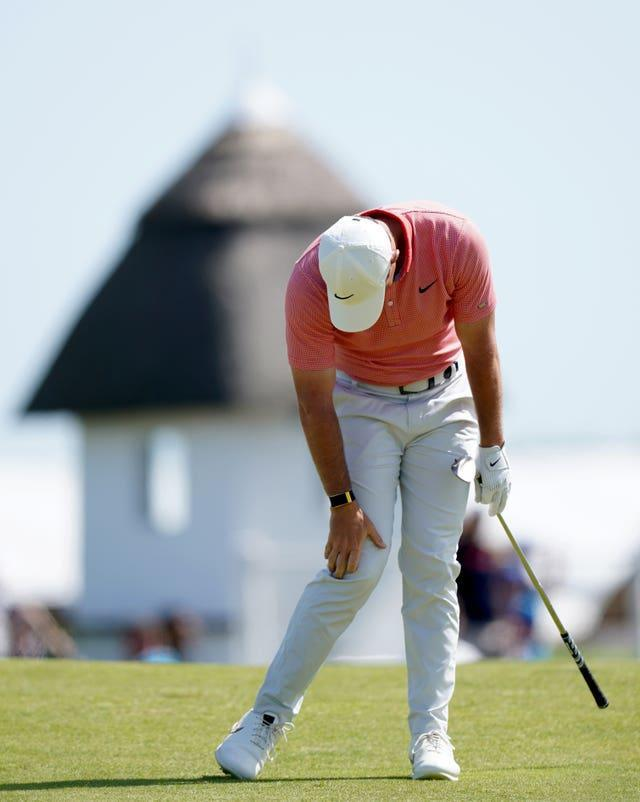 McIlroy hangs his head after another frustrating round