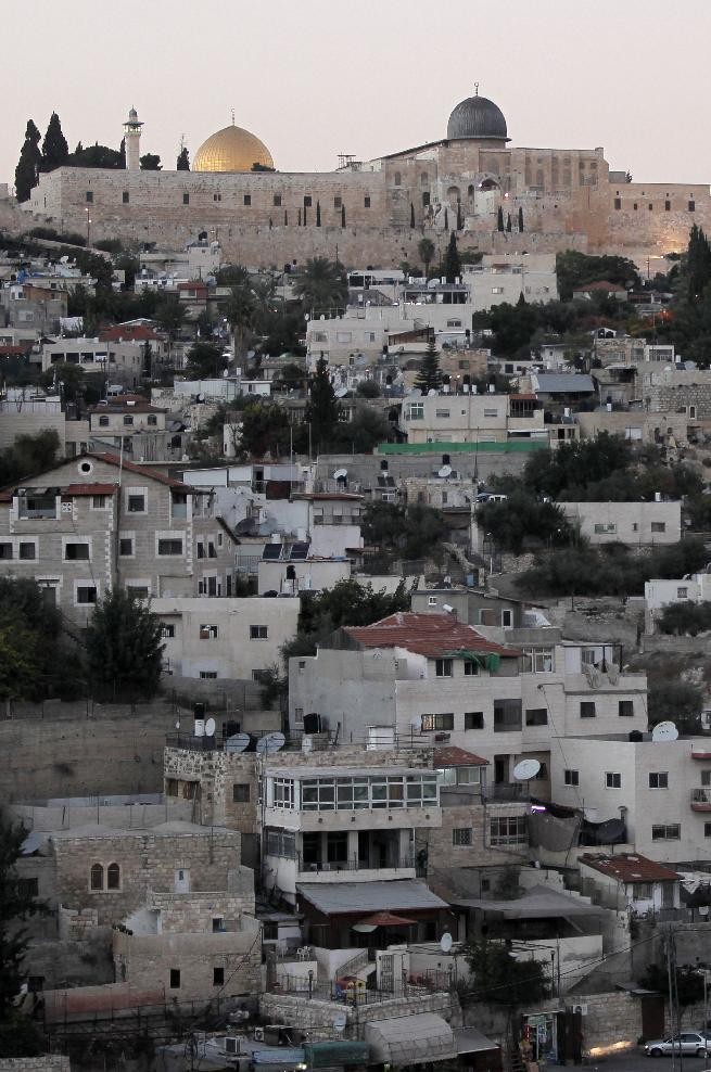The Dome of the Rock in the Al-Aqsa mosque compound stands behind the east Jerusalem neighborhood of Silwan, October 21, 2014 (AFP Photo/Ahmad Gharabli)