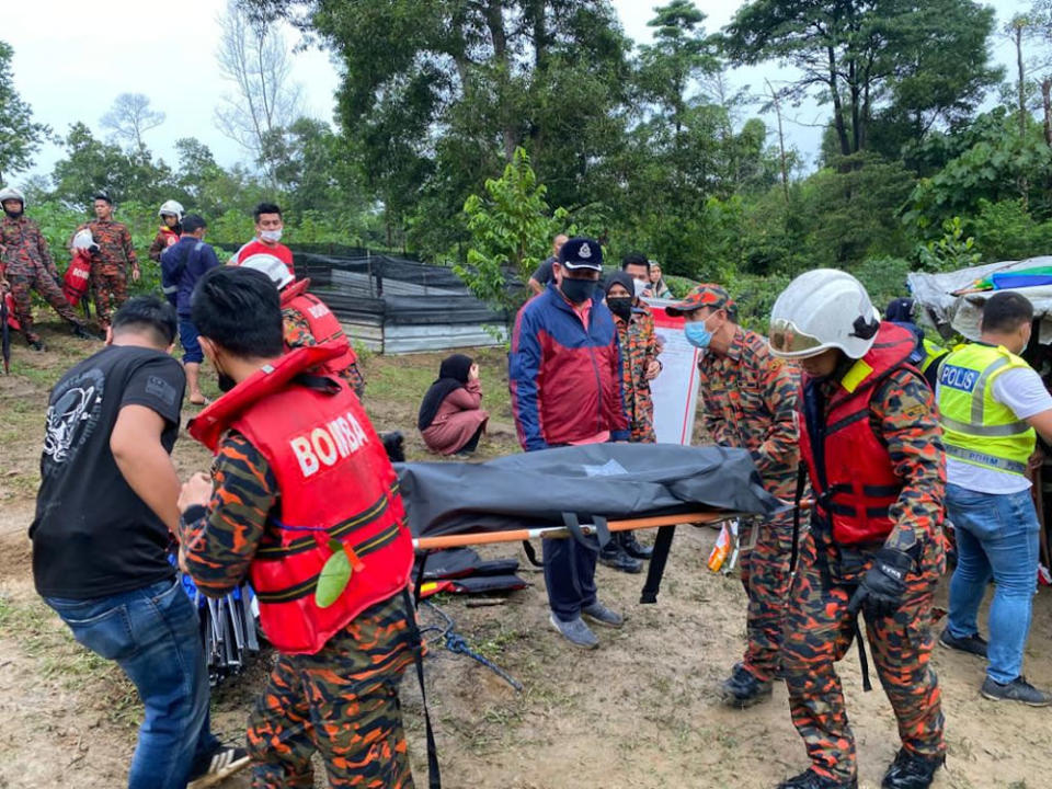 The search and rescue team consisting of police, firemen and the public found the remains of both drowning victims near the Taman Cendana Mosque in Pasir Gudang June 25, 2021 — Picture courtesy of the Seri Alam district police