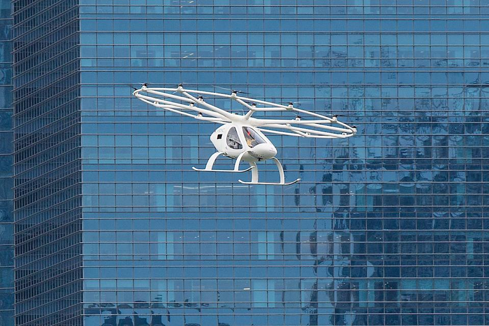 """A prototype Volocopter """"flying taxi"""" making its maiden test flight over the Marina Bay on 22 October. See more pictures: <a href=""""https://bit.ly/2QwHjo0"""" rel=""""nofollow noopener"""" target=""""_blank"""" data-ylk=""""slk:https://bit.ly/2QwHjo0"""" class=""""link rapid-noclick-resp"""">https://bit.ly/2QwHjo0</a> (PHOTO: Dhany Osman / Yahoo News Singapore)"""