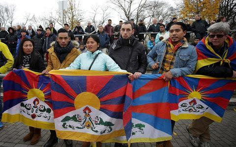 <span>Several spectators raised a Tibetian flag in protest</span> <span>Credit: DPA </span>
