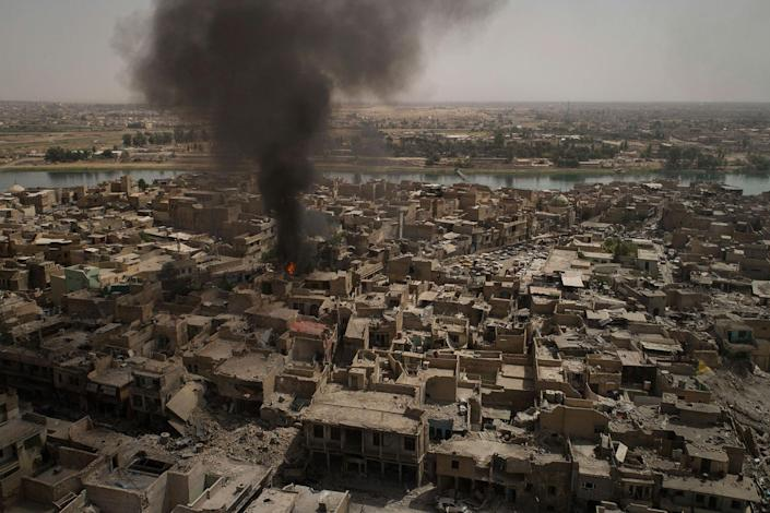 <p>Smoke billows over the Old City after a strike as Iraqi forces continue their advance against Islamic State militants in Mosul, Iraq, Monday, July 3, 2017. (Photo: Felipe Dana/AP) </p>