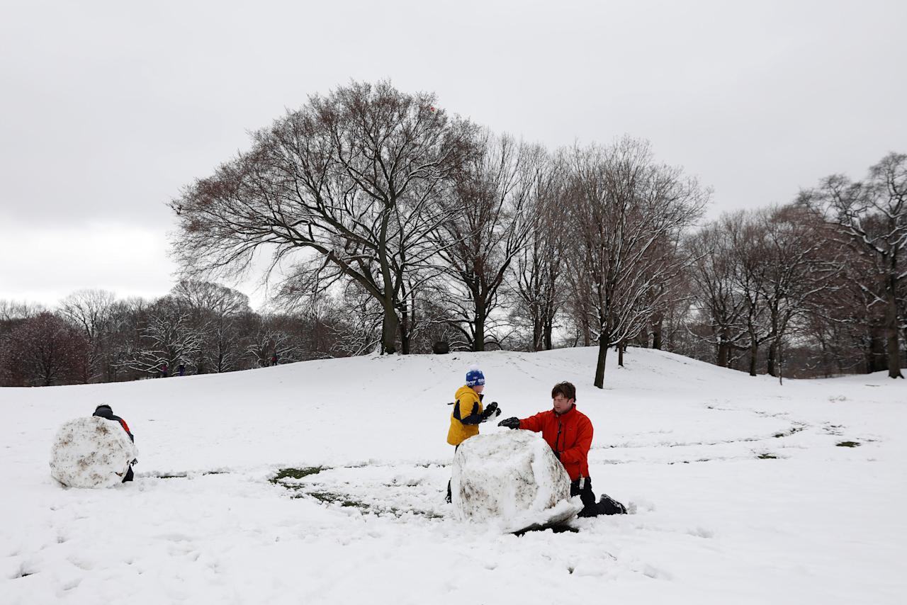 <p>Niños juegan con la nieve en el Prospect Park de Brooklyn, New York, april 2, 2018. REUTERS/Shannon Stapleton </p>