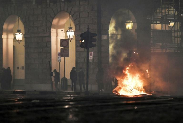 Following weekend demonstrations that saw violence in Italy, crowds ranging in size from several hundred to several thousand took to the streets again on Monday evening.