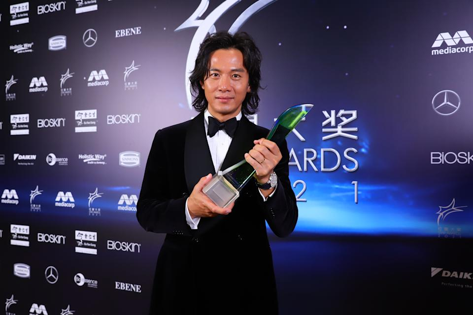 Qi Yuwu with his Best Actor Award at Star Awards 2021 held at Changi Airport and the Jewel Changi mall on 18 April 2021. (Photo: Mediacorp)