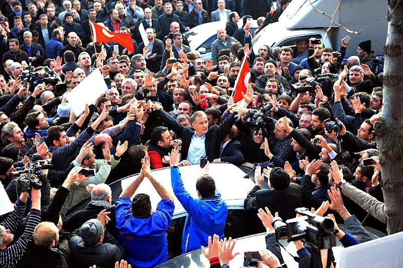 Staff members and supporters of Zaman newspaper shout as editor-in-chief Ekrem Dumanli (C) is arrested by counter-terror police at the newspaper's headquarters in Istanbul on December 14, 2014 (AFP Photo/Ozan Kose)