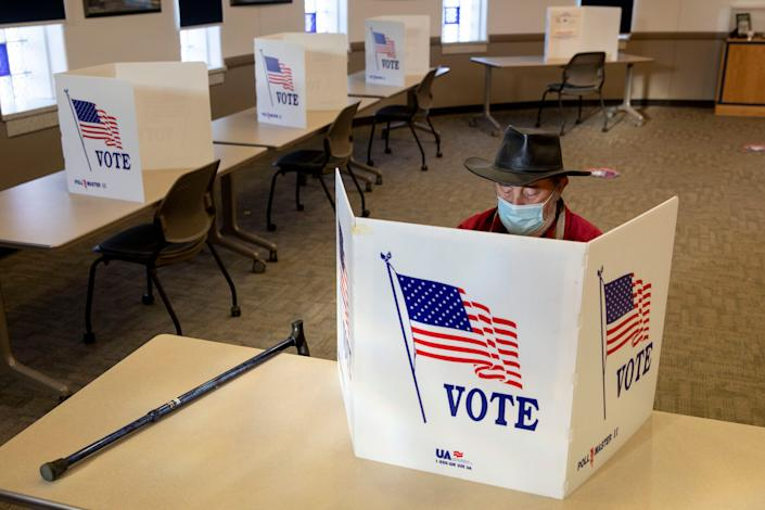Un électeur vote en avance le lundi 5 octobre à Davenport dans l'Iowa. . (Photo by Daniel Acker for The Washington Post via Getty Images) (Photo: The Washington Post via Getty Images)