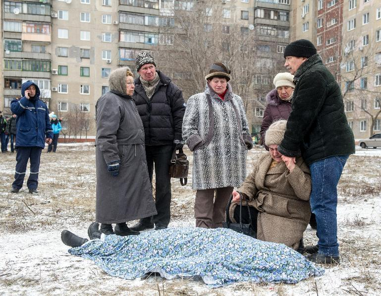 Relatives react beside the body of a victim after shelling in the eastern Ukrainian city of Kramotorsk on February 10, 2015 (AFP Photo/Volodymyr Shuvayev)
