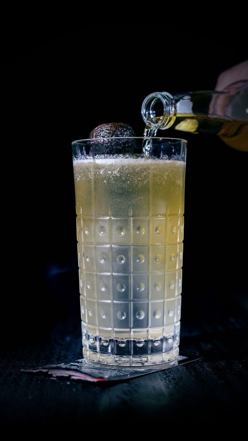 <p><strong>Ingredients</strong></p><p>1.5 oz of El Silencio Espadin <br>.5 oz honey syrup <br>.5 oz lime juice<br>1.5 oz hard cider </p><p><strong>Instructions</strong></p><p>Shake and strain into an ice-filled pilsner glass. Top off with hard cider. </p>