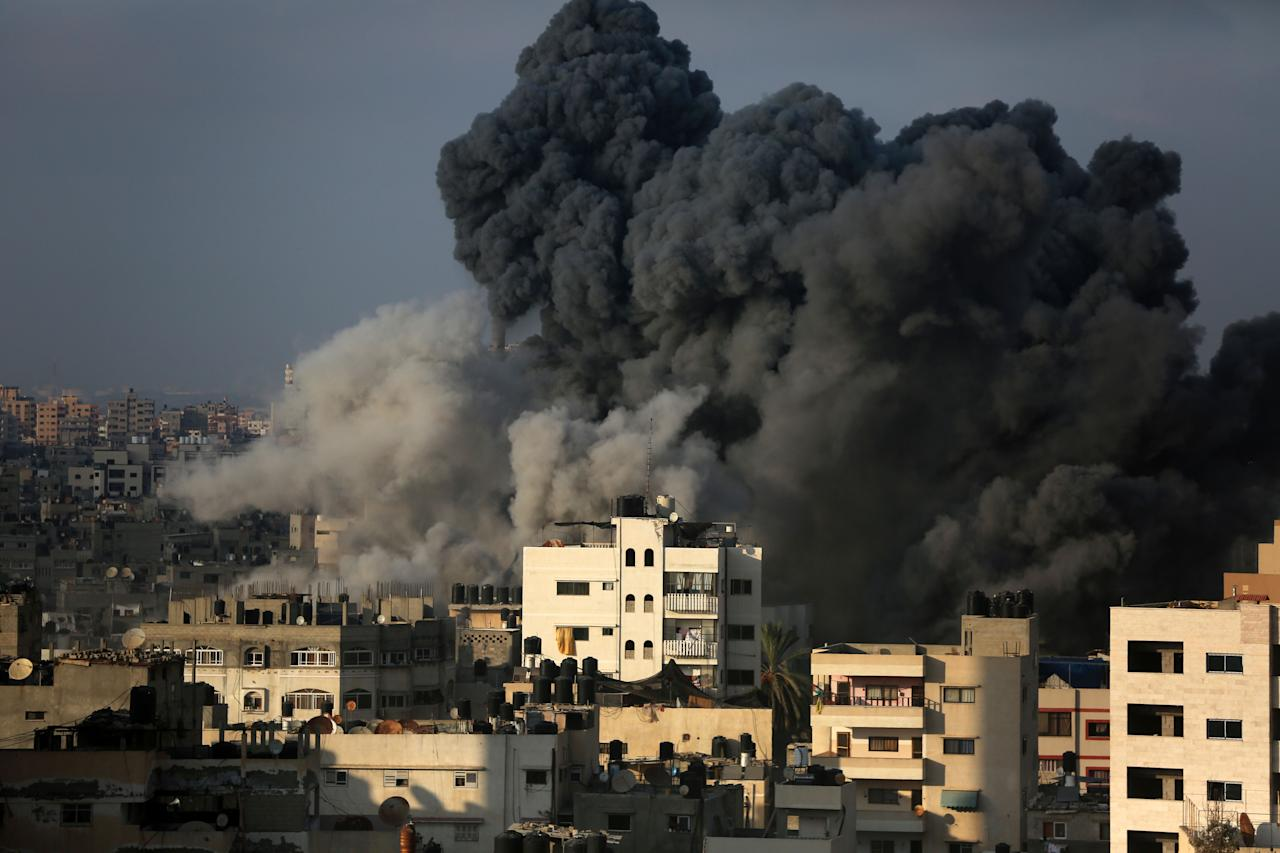 <p>Smoke billowing during an Israeli airstrike on Gaza City on Aug. 9, 2018. (Photo: Majdi Fathi/NurPhoto via Getty Images) </p>