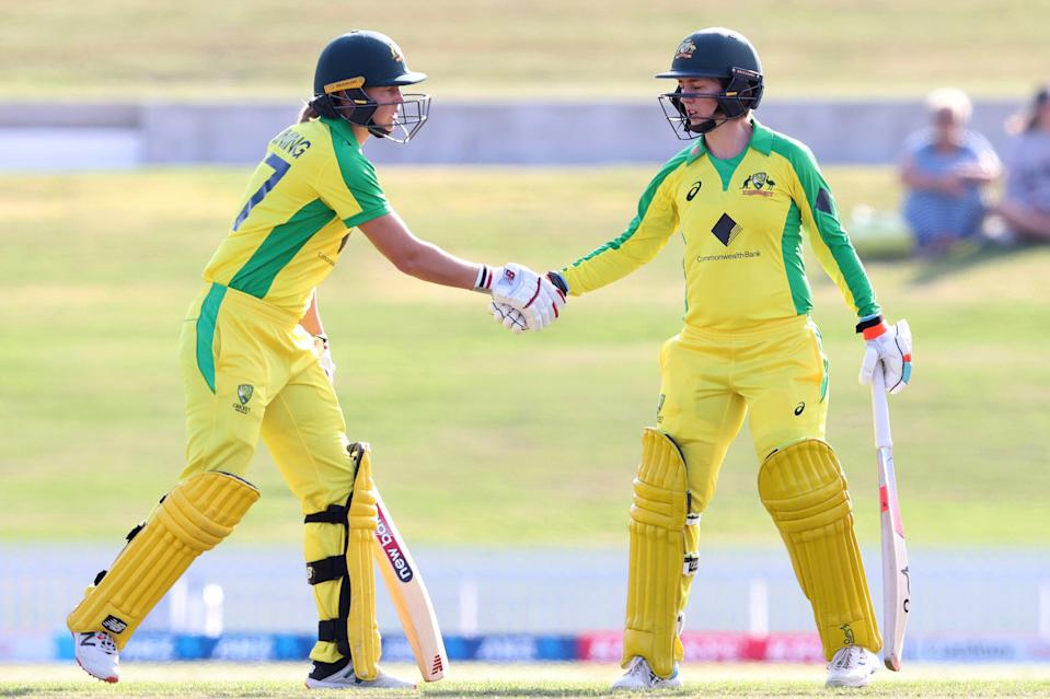 Rachael Haynes (r) shakes hands with Meg Lanning (Getty Images)